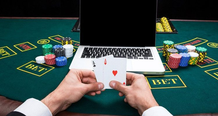 What does it mean to straddle in poker